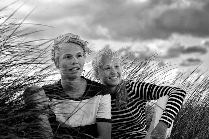 Ein Porträt von Geschwistern mitten in den sylter Dünengrass